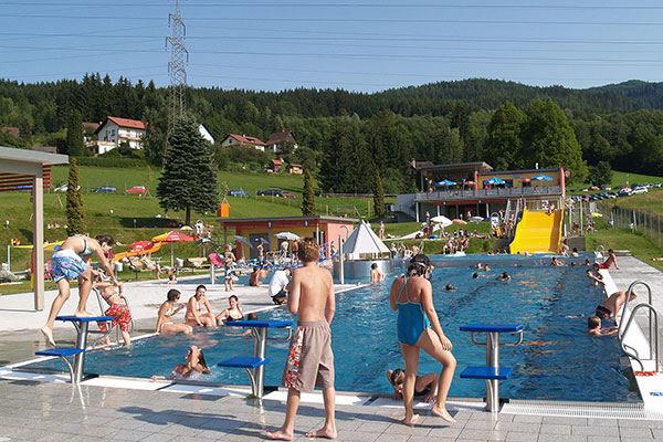 View of the filled outdoor pool in Mitterdorf.